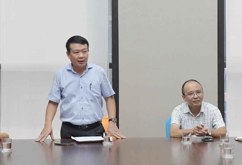 Đ/c Nguyễn Mạnh Tuấn - Bí thư chi bộ Khối sản xuất 1 chúc mừng các đồng chí Đảng viên mới