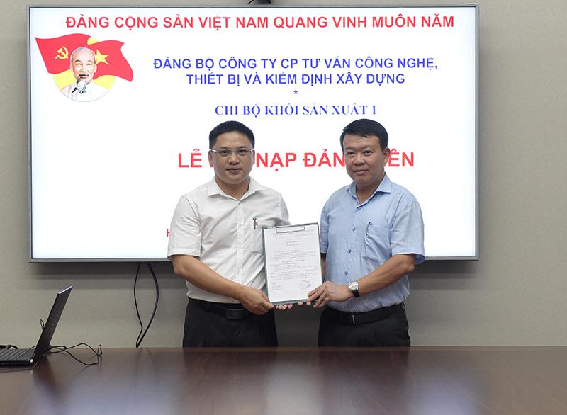 Đ/c Nguyễn Mạnh Tuấn - Bí thư chi bộ Khối sản xuất 1 trao Quyết định kết nạp cho 02 Đảng viên mới