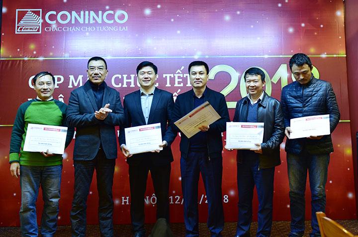 Chủ tịch HĐQT trao thưởng cho các lãnh đạo trong Ban TGĐ phụ trách đơn vị có doanh thu cao trong năm 2017