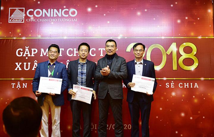 Chủ tịch HĐQT trao thưởng cho các Công ty trong hệ thống nhượng quyền thương mại CONINCO có thành tích xuất sắc trong việc phát triển vững vàng thương hiệu CONINCO