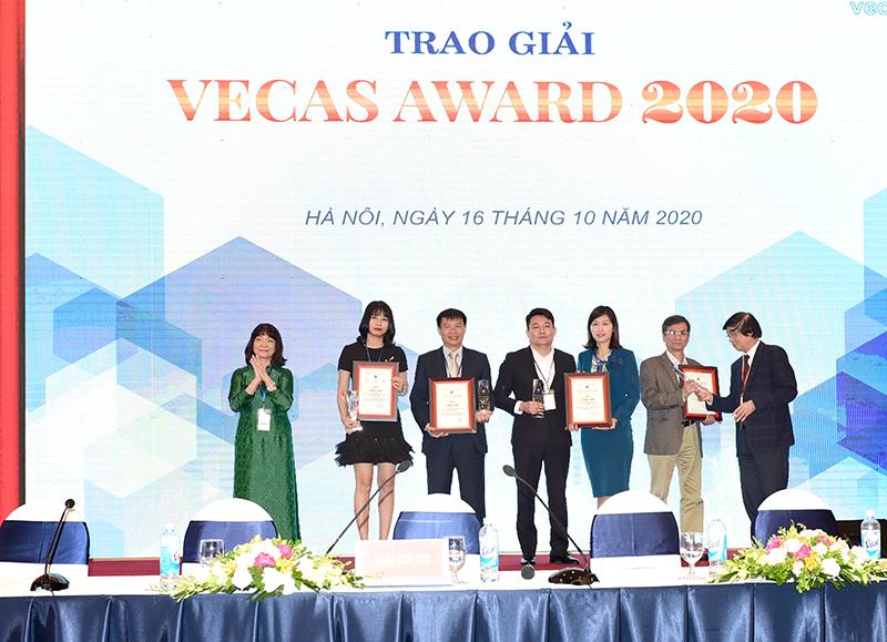Ông Nguyễn Đăng Quang – Phó Tổng Giám đốc CONINCO (thứ 4 từ trái sang) và bà Nguyễn Thị Thúy Mai - Giám đốc Công ty TNHH NIHON SEKKEI Việt Nam (thứ 3 từ phải sang) nhận giải Nhì VECAS AWARD 2020 cho công trình Trụ sở Viện Kiểm sát nhân dân tối cao