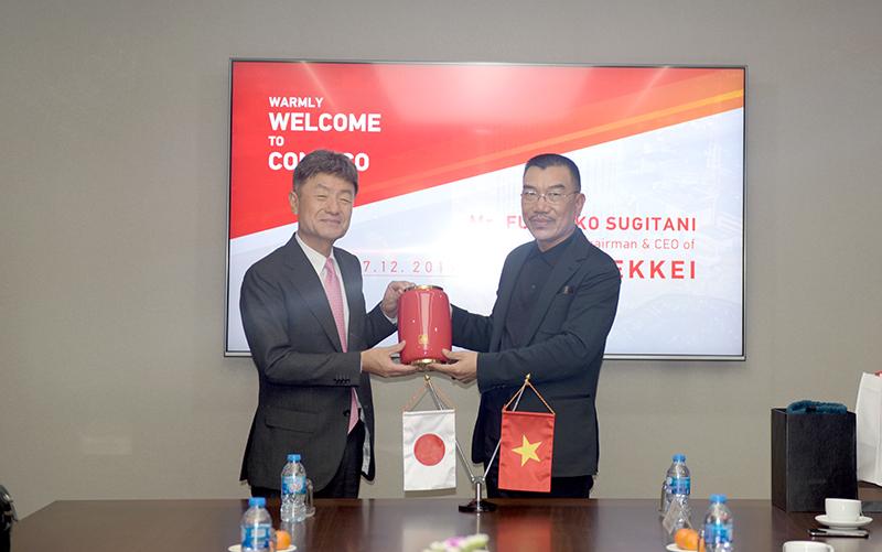 Chủ tịch HĐQT Nguyễn Văn Công và Chủ tịch Fumihiko SUGITANI tặng quà và chụp ảnh lưu niệm