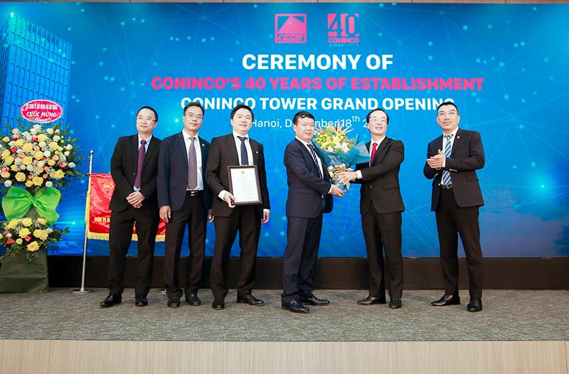 UV.TW Đảng, Bộ trưởng Bộ Xây dựng Phạm Hồng Hà trao cờ thi đua và giấy chứng nhận công trình chất lượng cao của Bộ Xây dựng cho HĐQT CONINCO