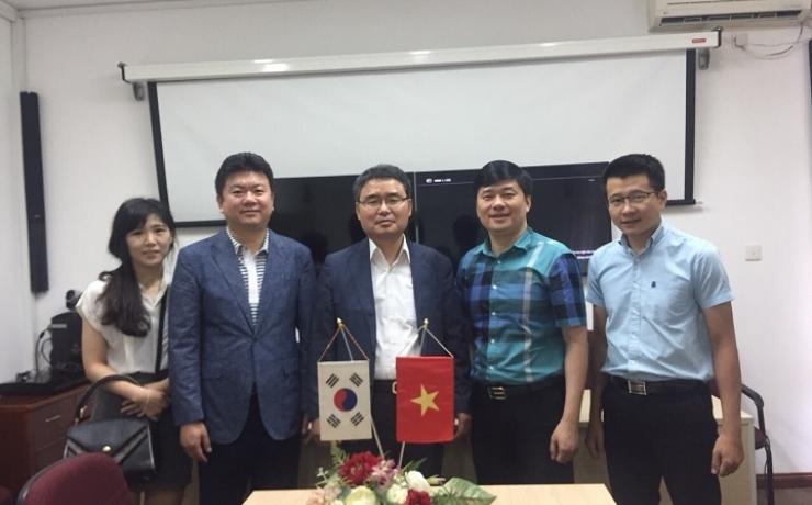 TS. Hà Minh - TGĐ CONINCO (thứ hai từ phải sang) tiếp ông Min Kyoung Nam - Chủ tịch Tập đoàn SEJONG E & C (thứ ba từ trái sang)