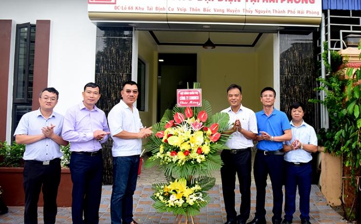 Ông Nguyễn Văn Công – Chủ tịch HĐQT tặng hoa chúc mừng Trưởng VP đại diện tại Hải Phòng