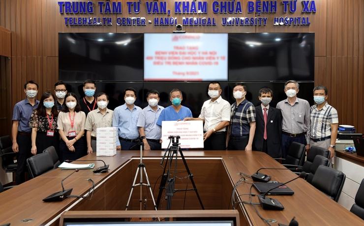 Chủ tịch HĐQT Nguyễn Văn Công trao kinh phí hỗ trợ đội ngũ y bác sĩ điều trị bệnh nhân Covid - 19
