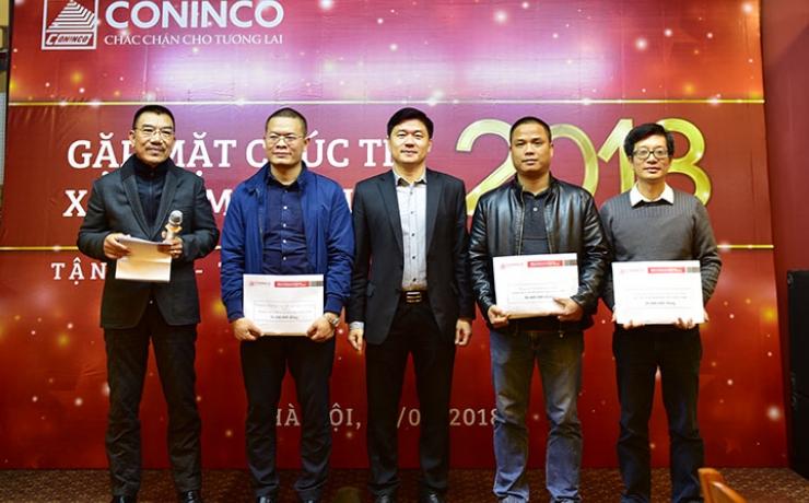 Chủ tịch HĐQT và TGĐ trao thưởng cho các đơn vị có kết quả SXKD xuất sắc năm 2017