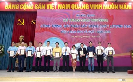 Ông Lê Kim Liệu – Trưởng Đoàn TVGS CONINCO (thứ ba từ trái sang) nhận giải thưởng Nhà thầu giám sát công trình xây dựng chất lượng cao