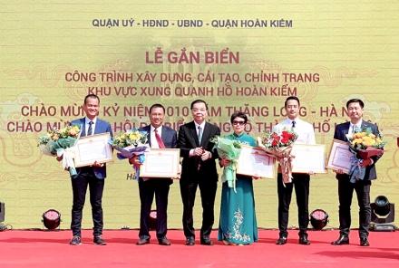 Ông Nguyễn Văn Bình, Phó Giám đốc Trung tâm điều hành dự án CONINCO, Trưởng Đoàn TVGS (ngoài cùng bên phải) nhận Bằng khen của Chủ tịch UBND TP Hà Nội